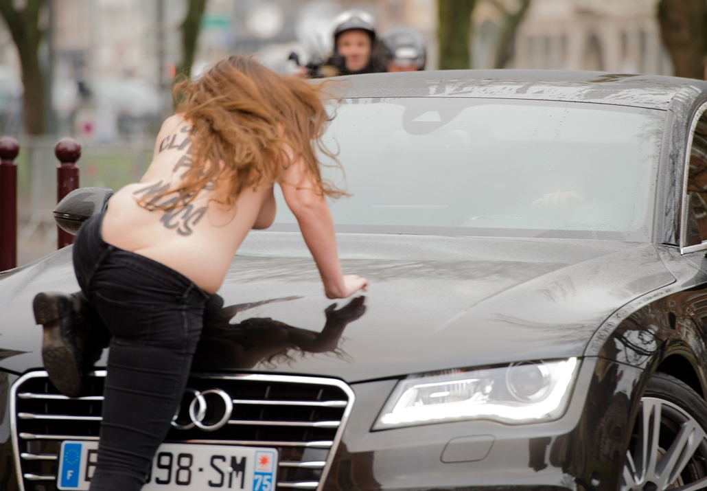 afp. Strauss-Kahn és a pucér nő 2015.02.10. FRANCE, Lille : A topless Femen activist jumps on the car carrying former IMF chief Dominique Strauss-Kahn (not seen) as he arrives for his trial in Lille, northern France, on February 10, 2015. Three topless wo