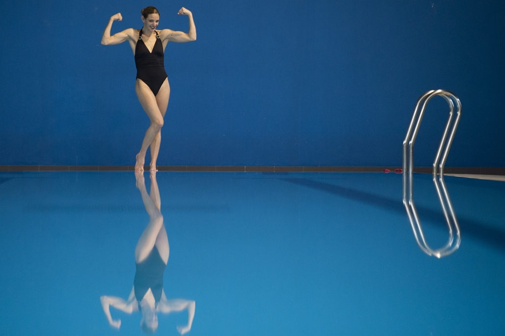 afp. hét képe - Vincennes, Franciaország 2015.03.16. French synchronized swimming mixed duet member Virginie Dedieu poses on March 16, 2015 at the Insep national Sport Institute in Vincennes, outside Paris, ahead the first mixed duet synchronized swimming