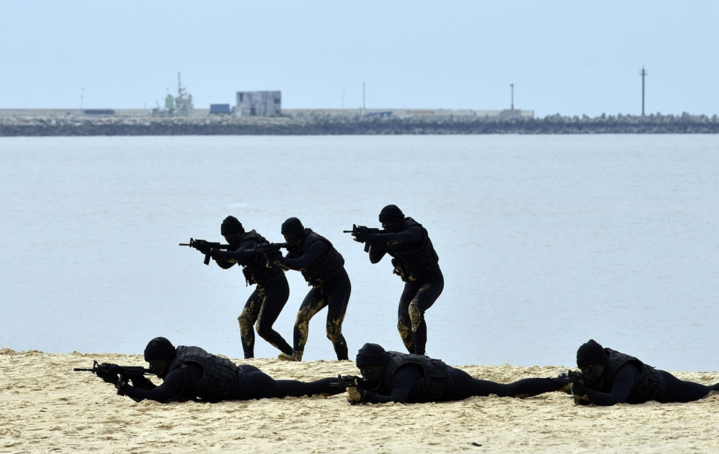 afp. hét képei - 2016.01.26. Kinmen, Tajvan - békaemberek gyakorlaton, Taiwanese marine frogmen demonstrate their combat skills at the beach on Liaolo Bay in the front line island of Kinmen on January 26, 2016.  International journalists were invited by t