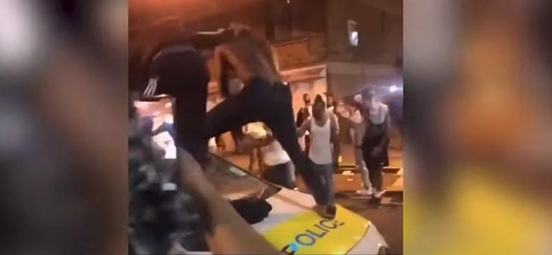 Megtámadták a brit rendőröket az illegális utcabálon