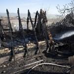 Nádfedeles házak gyulladtak ki Balatongyörökön
