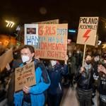 Lengyel tüntetők százezrei kényszerítenék térdre Kaczynskiékat abortuszügyben