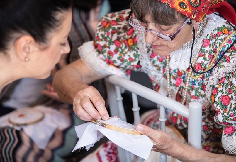 Magyar faluból, nyugdíjasokkal veszi fel a harcot a világcégekkel egy vállalkozás