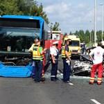 Autó ütközött a 126-os busszal – egy ember meghalt, többen megsérültek