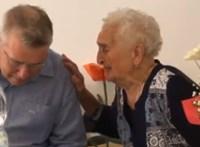 Maszk nélkül köszöntötte fel a fideszes képviselő a 95 éves Marika nénit