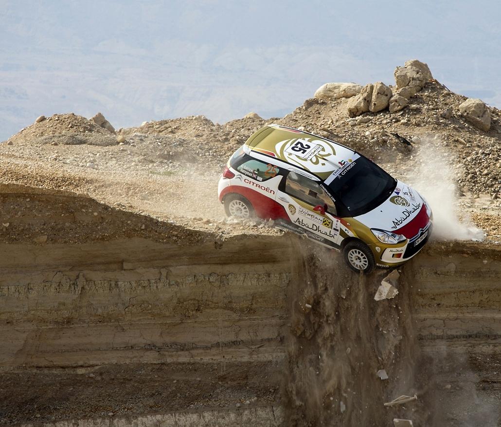 13.05.10. - Sweimeh, Jordánia: Mohammed al-Sahlawi ír navigátorával, Allan Harrymannel egy szikla széléről sodródott le a FIA Közel-Kelet Rally első szakaszán. Sértetlenül úszták meg. - évképei, az év sportképei