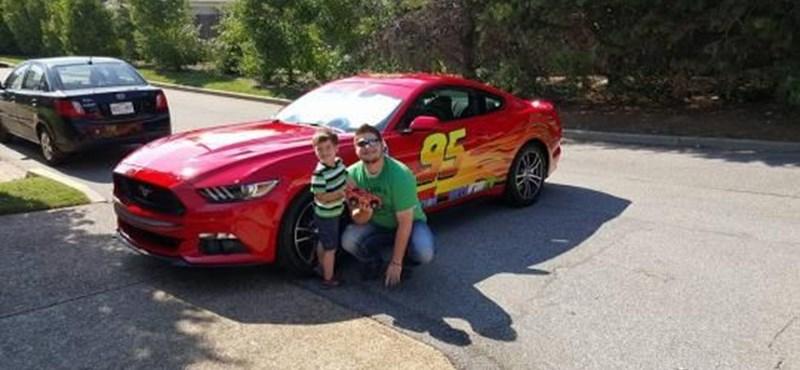 Íme a világ legkirályabb apukája, aki Villám McQueent csinált fiának új Mustangjából