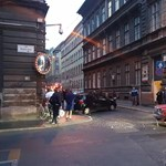 Járdán sétáló járókelők is megsérültek egy karambolban a Wesselényi utcában