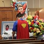 Fotók: Szuperhősöknek öltözve temették el a legutóbbi iskolai lövöldözés áldozatát