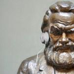 Videó: kacsintós Marxszal reklámozza a gólyabált a Közgáz