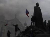 Rendőrökre támadtak a tüntetők Prágában