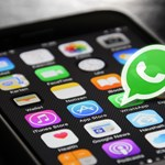 Nem (csak) vakítás: hasznos, sötét újítás érkezhet a WhatsAppba