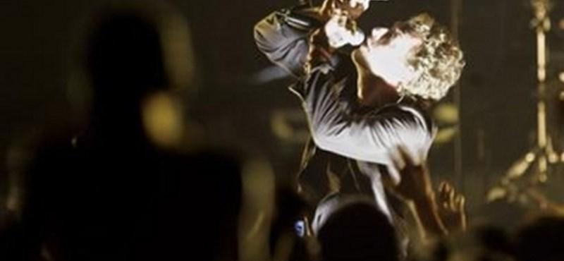 Koncerten emlékezett meg a Coldplay a Linkin Park énekeséről – videó