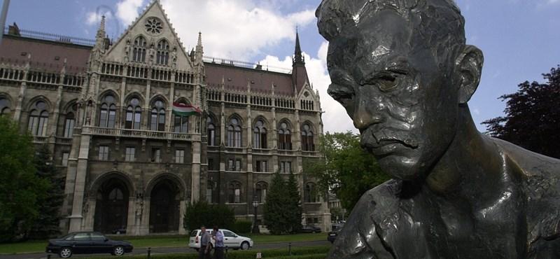 Húsz méterrel teszik arrébb a Kossuth téri József Attila-szobrot
