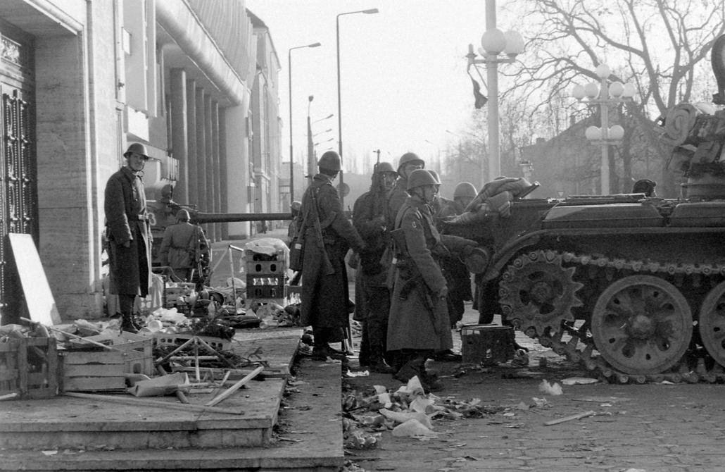 fortepan. Temesvár 1989, román forradalom - Román Nemzeti Színház és Operaház, T-55 harckocsi. Romániai forradalom.