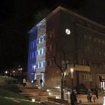 Fotó: Kék-fehér-pirosra festették át Pokorniék a hivatalt