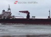Videó: Akkora szél van Bariban, hogy kifújt a strandra egy teherhajót