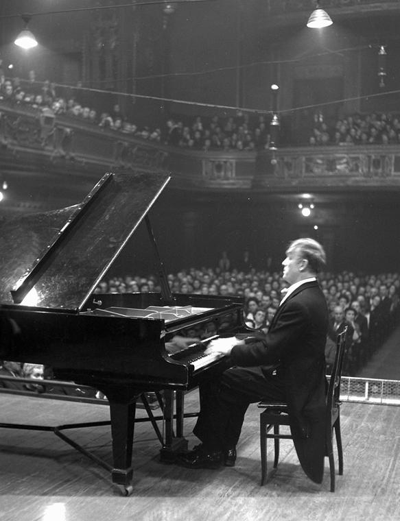 a zene világnapja nagyítás - Szvjatoszlav Richter zongoraművész hangversenye Budapesten, a Zeneakadémia Nagytermében