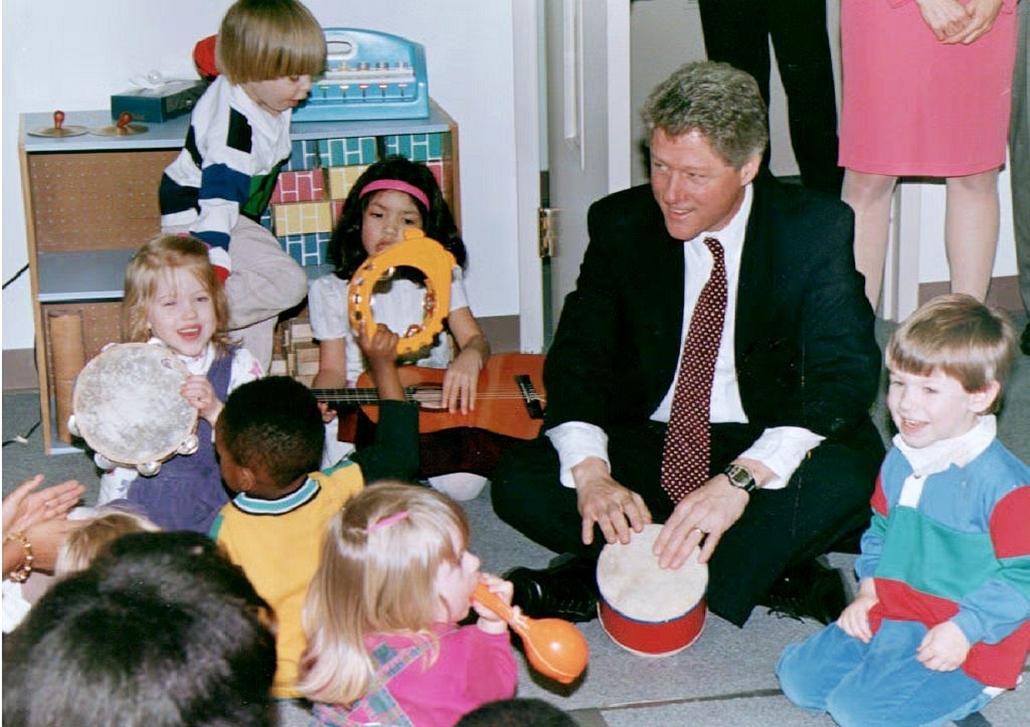 1993.03.19. - Bill Clinton gyerekekkel zenél a owntown Child Development Center  központjában - CLNTNAGY