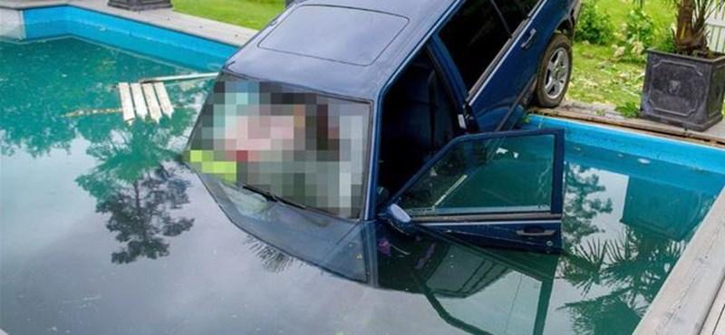 Fotók: Úszómedencében landolt egy Volvo