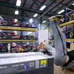 Videó: Mit keres egy őrült futó egy Forma-1-es csapat gyárában?