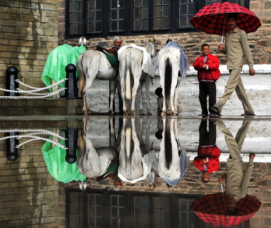 afp. nagyításhoz - esernyő - eső, időjárás, zivatar, vihar, Simla, India, 2013.08.16.