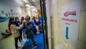 """""""Függesszék fel a személyes oktatást"""" - petíció indult az iskolák bezárásáért"""