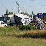 Gyakorlatilag megsemmisült a kamion pótkocsija a vonattal történt ütközésben