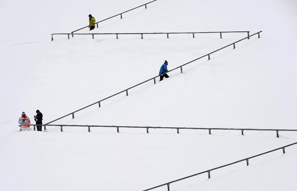 afp.14.12.31. - Garmisch-Partenkirchen, Németország: résztvevők a havas lépcsőn a négysáncverseny második körében - 7képei, négysáncverseny, síugrás