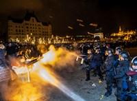 Pintér: Rég nem látott támadás érte a rendőröket szerdán a Kossuth téren