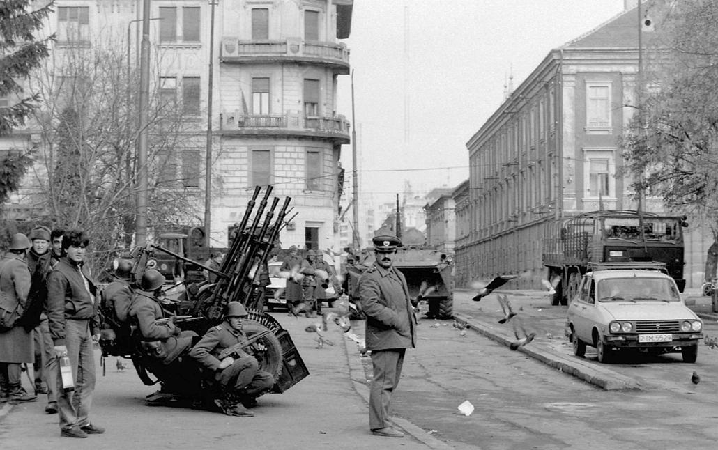 fortepan. Temesvár 1989, román forradalom - Jenő herceg tér, szemben a Városháza utca, jobbra a régi városháza épülete. Romániai forradalom.
