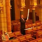 Ereszcsatornát lobogtatott a DK képviselője a Parlamentben