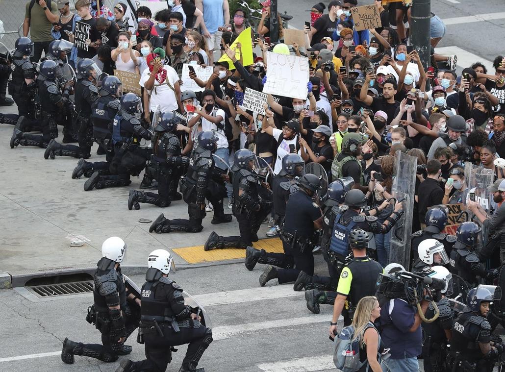 !AP! Nagyítás - !AP! 20.07.01ig! mti.20.06.02. Szolidaritásik jeléül rendőrök letérdelnek a George Floyd fekete bőrű férfi halála miatt tiltakozó tüntetők elé a georgiai Atlantában 2020. június 1-jén George Floyd tüntetés
