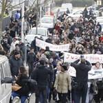 Gumibottal erőszakoltak meg rendőrök egy férfit, kitörtek a zavargások Párizs elővárosában