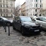 A nap fotója: fekete és fehér BMW divatterepjárók párosban tilos budapesti parkolása
