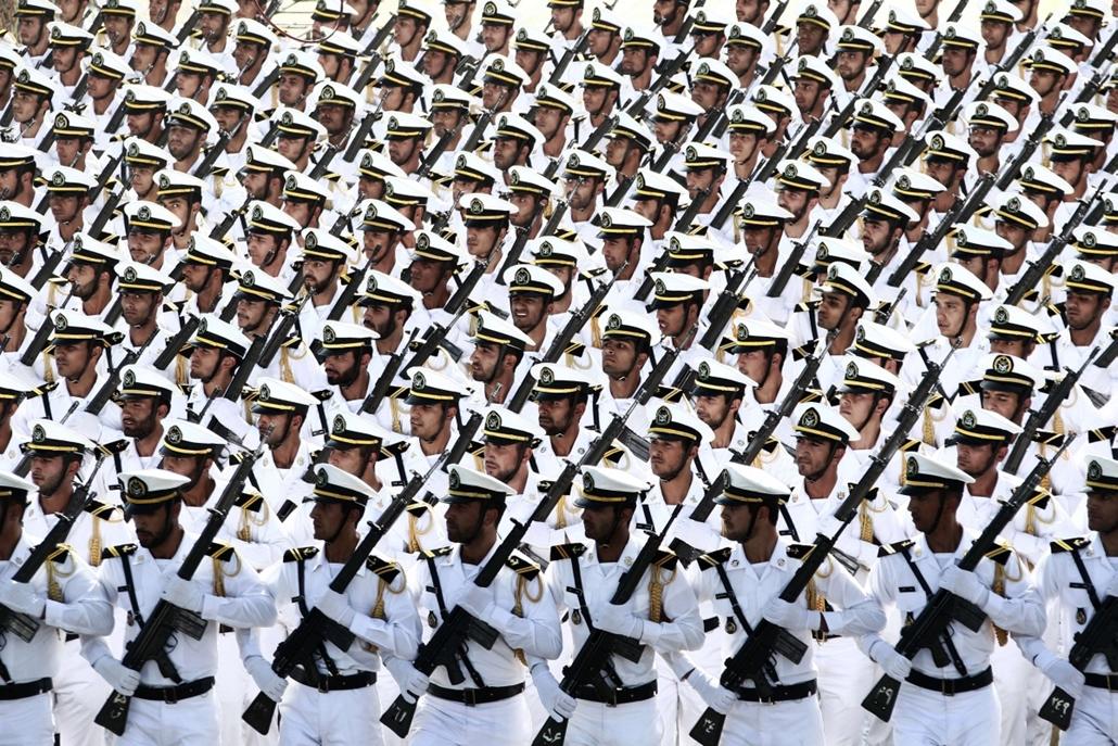 afp.14.09.22. - Teherán, Irán: haditengerészeti csapatok felvonulása az éves katonai parádén - 7képei