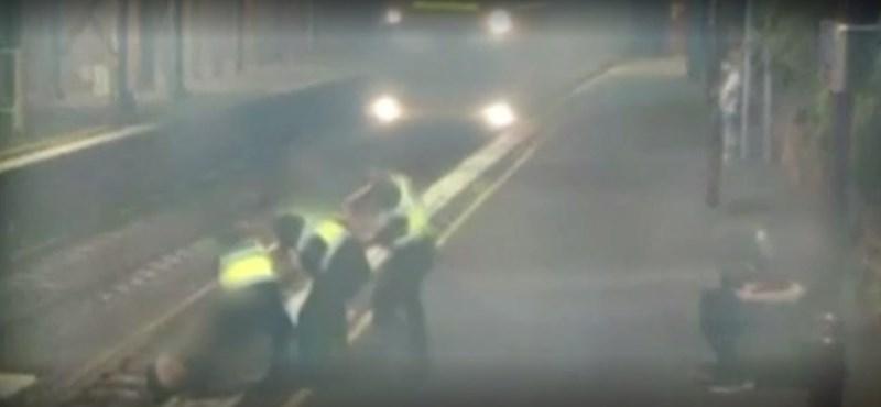 Videón, ahogy az utolsó pillanatban megmentenek egy nőt a száguldó vonat elől