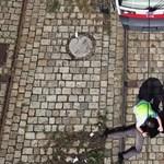 Durva villamosgázolós videóval rettentik el a figyelmetlen utasokat Bécsben