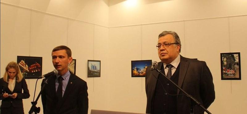 Így lőtték hátba a szónokló orosz nagykövetet Ankarában – videó 18+
