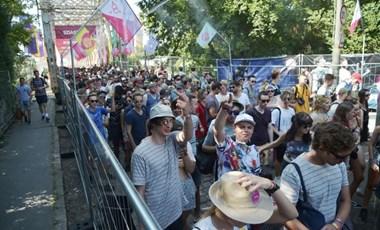Ekkora a tömeg a Sziget első napján a K-hídon