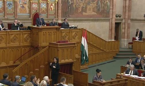 Folyamatosan sípolnak a parlamentben - ÉLŐ