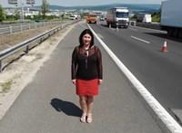 Egy elhunyt közutas özvegye videóban kéri az autósoktól, hogy óvatosan közlekedjenek