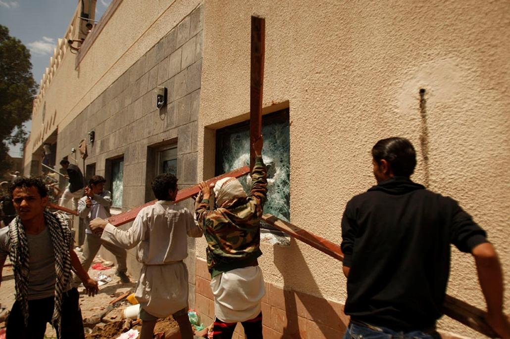 Jemeni tüntetők törik be az amerikai követség ablakát, arab világ, tüntetések, mohammed próféta