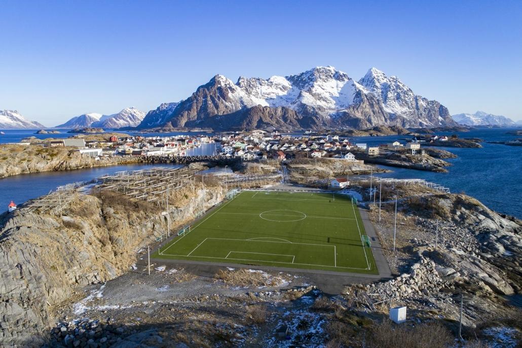 afp.18.03.08. - Az FC Henninsvaer stadionja az északi sarkkörön belül tafekvő Lofoten szigeteken