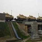 Fotó: Harckocsikat szállított egy Budapesten áthaladó tehervonat