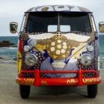 Woodstock 50. évfordulójára készült ez a rikítóan színes VW hippibusz