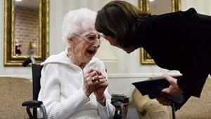 Megható nap képe: 97 évesen átvehette az érettségijét egy nő
