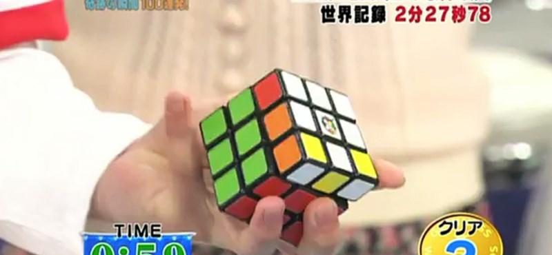 A nap videója: egy japán, fél kéz, öt rubikkocka, két perc