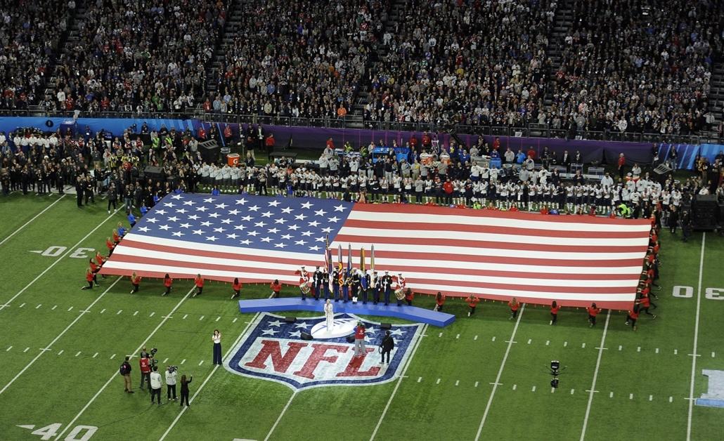 epa.18.02.04. - Minneapolis, USA: aPink a himnusz alatt az 52. alkalommal megrendezett Super Bowl döntőjén a minneapolisi U.S. Bank Stadionban 2018. február 4-jén. - amerikaifutball, amerikai foci, nfl