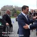 Orbán nyakkendő-ügyben hozzásimult Cipraszhoz – videó